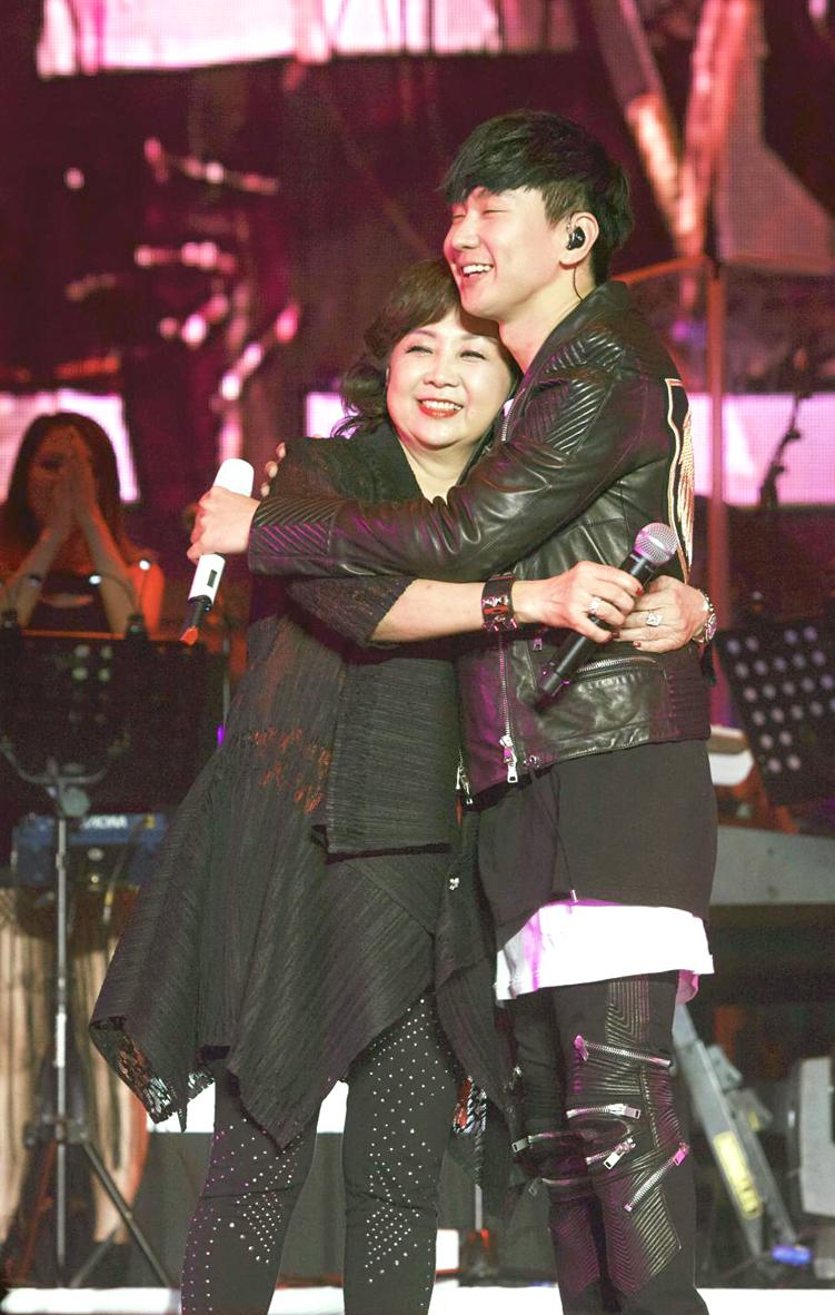 林俊傑與媽媽合唱p1073-a8-12