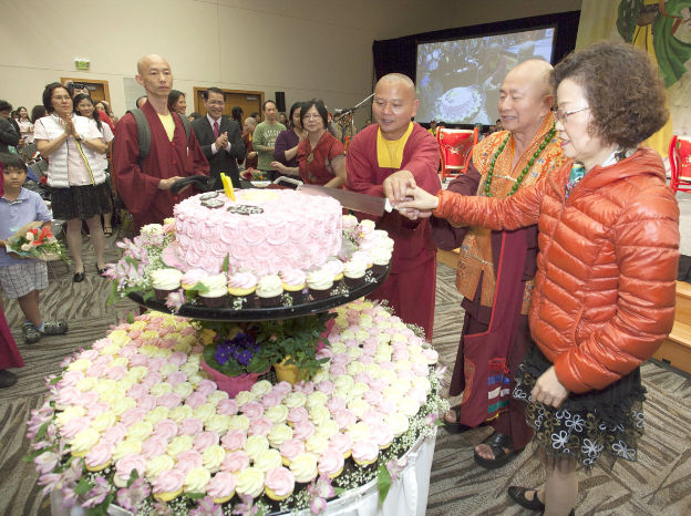 圖右起師母、師尊、德輝上師共切廟慶蛋糕p1074-01-03