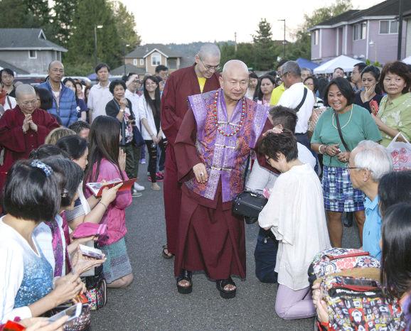 圖為2015年9月11日,蓮生法王盧勝彥在西雅圖雷藏寺廣場慈悲加持弟子p1074-06-02