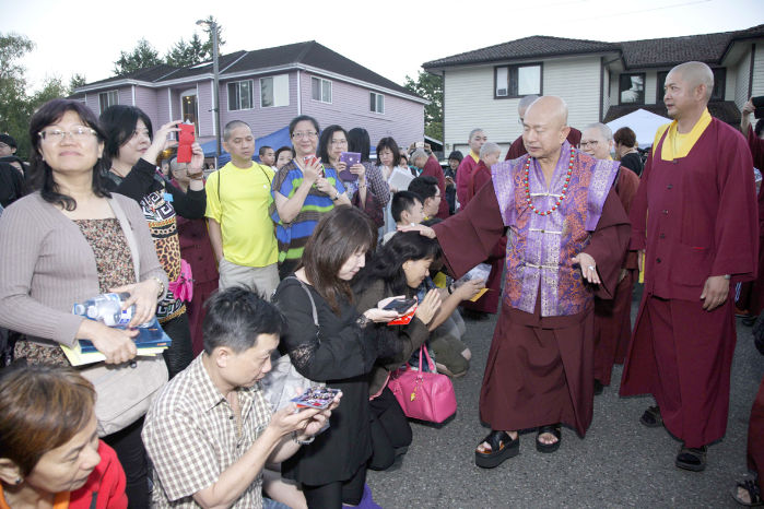 圖為2015年9月11日,蓮生法王盧勝彥在西雅圖雷藏寺廣場慈悲加持弟子p1074-06-03