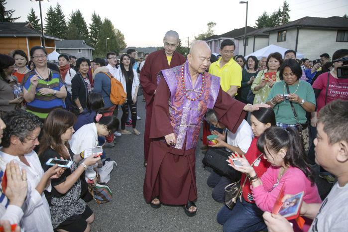 圖為2015年9月11日,蓮生法王盧勝彥在西雅圖雷藏寺廣場慈悲加持弟子p1074-06-04
