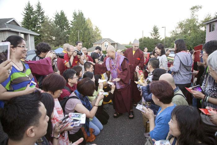 圖為2015年9月11日,蓮生法王盧勝彥在西雅圖雷藏寺廣場慈悲加持弟子p1074-06-05