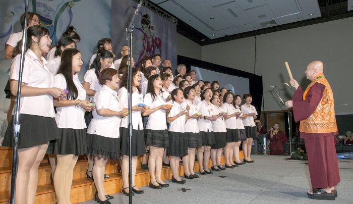 圖為師尊指揮天音雅樂合唱團p1074-08-06