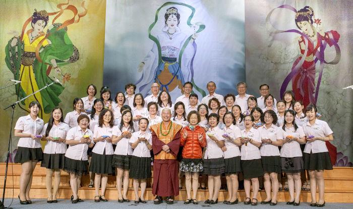 圖為師尊、師母與天音雅樂合唱團團員合照p1074-08-07