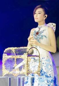 江蕙將麥克風鎖進水晶珠寶盒,具有「美妙歌聲永存珍藏」意義p1074-a8-13