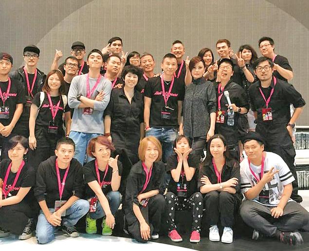 江蕙(中排右三)與工作人員拍照留念p1074-a8-14a