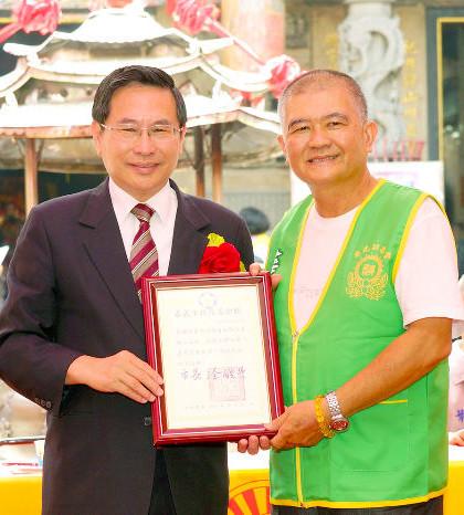 圖為貴賓嘉義市市長涂醒哲先生致贈台灣華光功德會感謝狀p1076-01-03