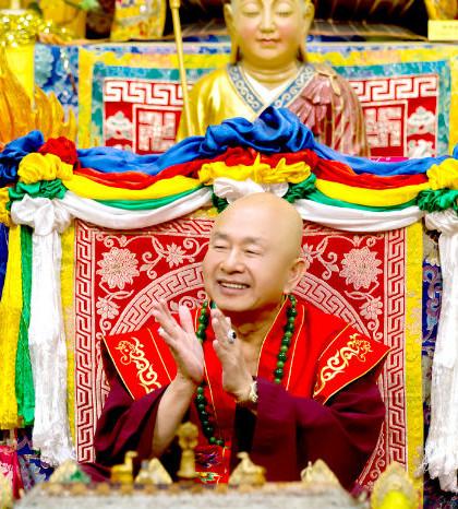 圖為蓮生聖尊歡迎善信佛子參加同修p1076-08-01