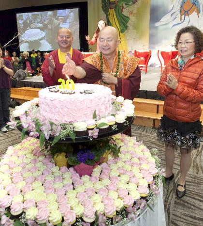 圖為師尊搧西雅雷藏寺廟慶蛋糕上的燭火p1077-16-01