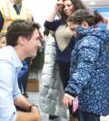 加拿大接收的第一批敘利亞難民日前搭機抵達多倫多皮爾森國際機場,加拿大總理杜魯多(左)親至機場迎接。p1087-a2-02