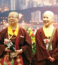 圖為師尊侍者慧君上師(左)及蓮伃上師p1090-02-06
