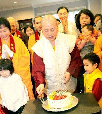 圖為蓮慈上師帶領佛子切慶賀蛋糕p1093-13-05