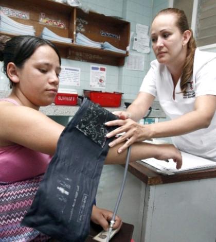 護理人員為孕婦量血壓p1094-a1-03