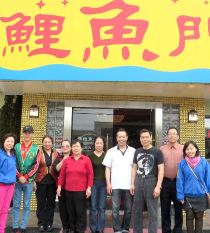 圖為華光義工代表與贊助商鯉魚門海鮮酒家東主及員工合影p1105-14-06A