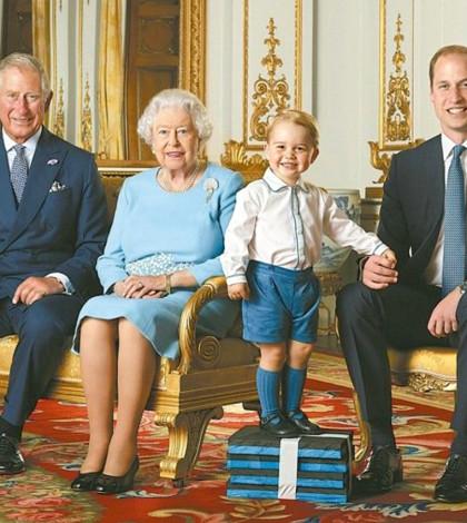 英國白金漢宮日前發布女王伊麗莎白二世(左二)與王儲查理(左一)、威廉王子(右一)和喬治小王子的四代君主和未來君主的合照,喬治小王子特別墊高,以便用這張照片發行郵票。p1105-a4-01