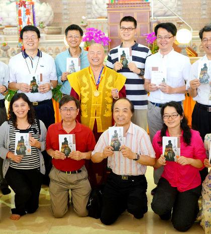 圖為師尊與蔡國裕教授(後排右2)及其他博士教授團的成員合影p1106-12-01