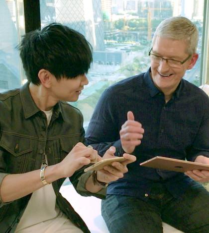 蘋果執行長庫克(右)豎起大拇指對林俊傑比讚p1109-a8-10