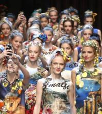 2016春夏時尚掀起絲巾點綴造型熱潮,Dolce & Gabbana模特兒從頭到腳幾乎都可以用絲巾配出帶點渡假的時尚感。p1110-a5-01