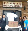 圖為溫哥華華光功德會義工(右)與熱食餐盒贊助商王子海鮮酒家老闆等合影p1116-13-08