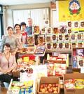 圖為溫哥華華光功德會義工代表捐贈愛心物資給 Strathcona Community Centre Food Security Program,與受贈代表合影p1117-13-07