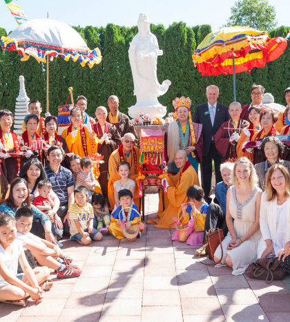 圖為賀金母誕繞境慶典後,蓮慈上師與嘉賓在觀音主題園前合影p1124-15-01A