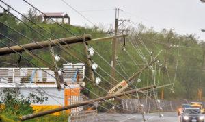 台灣屏東一處高壓電纜線不敵強風肆虐橫倒在公路上p1126-a4-01b