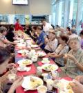 圖為受邀長者用餐一景p1129-08-01