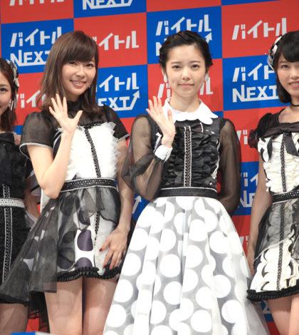 日本女子天團AKB48的成員島崎遙香(右2)、指原莉乃等為求職網站Baitoru NEXT拍廣告,發表會上,島崎宣布將從AKB48退團,並說夢想是當吉卜力聲優。p1129-a5-04