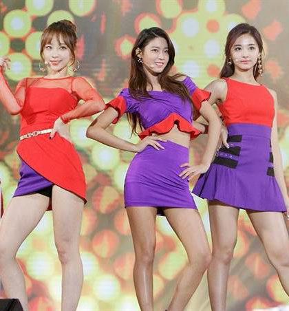 周子瑜(右)、雪炫、Hani三人身穿紅紫相間的服裝在台上勁歌熱舞,秀出美腿和纖腰,致敬前輩Wonder Girls的兩首經典歌曲《Tell Me》和《Nobody》,網友大讚美翻了。p1130-a5-04