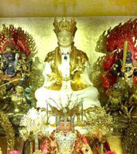 圖為法明同修會主壇城安奉有主尊蓮生活佛,為全世界獨一無二的純素白色,貼純金的金身p1131-12-02