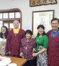圖為蓮訶上師(左二)與母親(中)、姐姐梁雁(右二)、姊夫齊耀斌博士(右)及外甥女齊曉瑩的全家福p1133-12-01