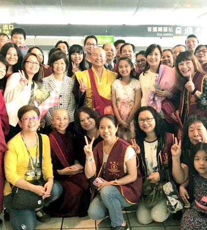 圖為盧師尊、師母與台灣接機部分弟子合影p1136-01-04