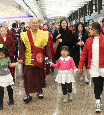 圖為師尊在西雅圖機場與送行弟子同行p1136-03-05