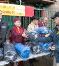 圖為溫哥華華光功德會總裁蓮慈上師派送睡袋給遊民p1136-09-12
