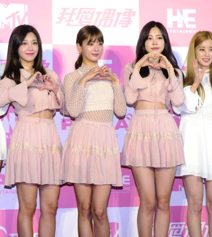 南韓女子團體Apink登台參加「我愛偶像」錄影,現場擠滿了粉絲歡迎,讓Apink再次感受到台灣人的熱情。p1136-a5-02