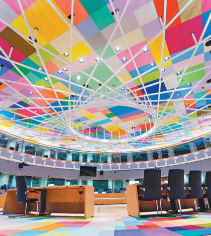 歐盟新總部大樓內巨大的球體,球形體內大會議室的天花板和地板五顏六色。p1141-a4-01