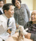 人類隨年紀漸長,腦部功能衰退,會引起腦脊髓液吸收不完全,就會囤積在腦室內壓迫神經,而罹患「水腦症」。一名91歲的老先生宋伯伯被送到花蓮慈濟醫院檢查治療,神經外科專科的林欣榮院長與主任邱琮朗進行腰腹腔引流手術,將腦室積水引流至腹腔,術後預後狀況良好。p1142-a6-01