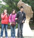 圖為陳美慧(中)帶兩子女遊野柳地質公園p1143-12-01