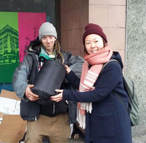 圖為華光義工派送睡袋給遊民p1143-14-03