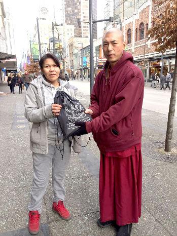 圖為華光義工派送睡袋給遊民p1143-14-05