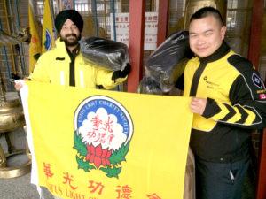 圖為巡邏隊隊員走上街頭派發禦寒物品給遊民p1143-a1-04