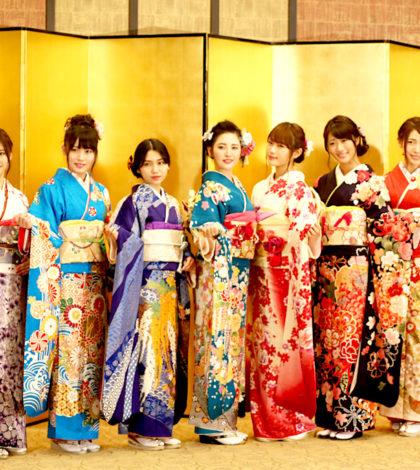 日本女子偶像團體AKB48及姊妹團共三十二人日前在東京的神田明神神社接受成人禮,感謝粉絲這一年來的支持。p1143-a5-02