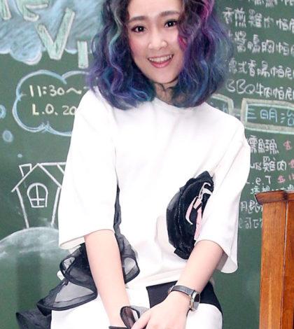 選秀節目出身的25歲藝人張文綺,曾有4年不敢唱歌,坦言覺得沒人喜歡她,很沒自信,主持節目「天才衝衝衝」後,更多人認識她,逐漸找回自信。p1143-a5-03