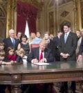 川普在家人和副總統等的注目下簽下上任後第一份文件p1145-a1-06