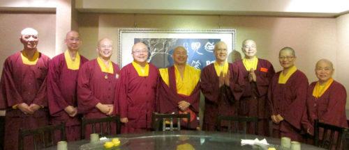 圖為蓮生法王(中)、蓮寧上師(左3)與宗委會核心處長們合影p1146-09-01