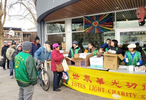 圖為遊民領取華光功德會熱食餐盒p1146-14-03