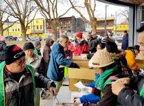 圖為華光義工們派送熱食給遊民p1146-14-04