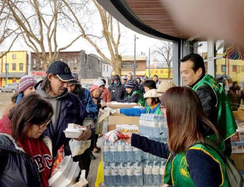 圖為華光義工們派送熱食給遊民p1146-14-05
