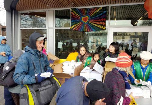 圖為遊民領取華光功德會熱食餐盒p1146-14-07