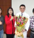 台灣奇美醫院神經外科主治醫師林思維(右2)表示,經皮脊椎內視鏡椎間盤手術傷口小、復原快,病患術後隔天就可出院。p1146-a6-03